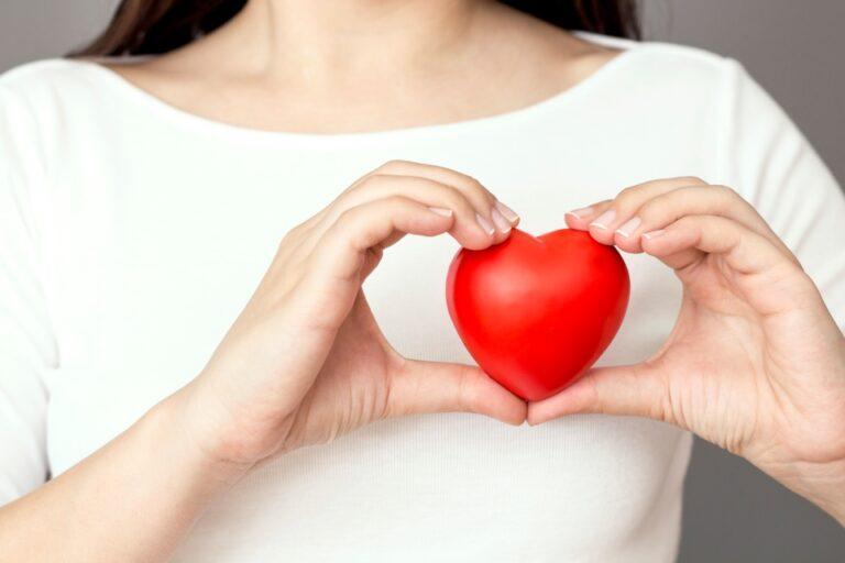 piros szív női kézben